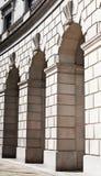 从一道圆的柱廊的古典三倍曲拱 图库摄影