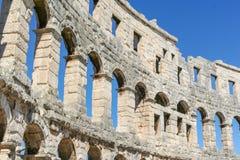 一部分的一个古老罗马圆形剧场的墙壁有被成拱形的窗口的在一个晴天 库存照片