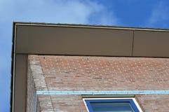 一部分的一个现代房子的屋顶反对蓝天的 免版税库存图片
