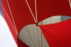 一部分的一个生动的红色和白色气球特写镜头 现代背景生活和冒险的明亮的片刻 免版税库存图片