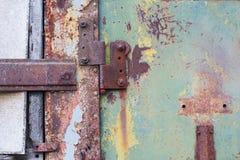 一部分的一个生锈的金属门 免版税库存图片