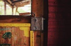 一部分的一个老木门 免版税库存图片