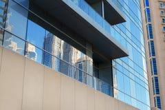 一部分的一块多层的办公楼玻璃 库存照片