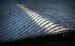 一部分的一张木大厦照片的屋顶 库存图片