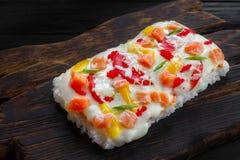 一部分的与三文鱼的鲜美开胃日本米薄饼服务 库存图片