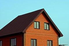 一部分的与屋顶和窗口的一栋砖瓦房 免版税库存照片