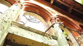 一部分的与曲拱和专栏的被毁坏的门面 股票视频