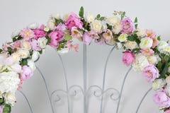 一部分的与桃红色和白花的婚礼曲拱 库存图片