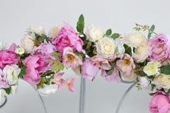 一部分的与桃红色和白花的婚礼曲拱 库存照片