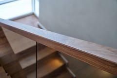 一部分的与玻璃栏杆的木步 核桃楼梯 库存照片