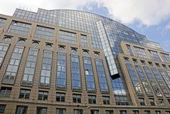 一部分的与窗口的一个大多层的大厦反对天空和云彩 免版税库存图片