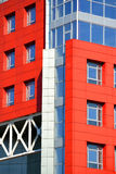 一部分的与红色和蓝色的门面现代大厦 免版税库存照片