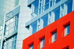 一部分的与红色和蓝色的门面现代大厦 免版税库存图片