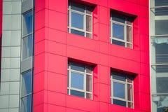 一部分的与红色和蓝色的门面现代大厦 免版税图库摄影