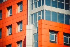 一部分的与红色和蓝色的门面现代大厦 库存图片