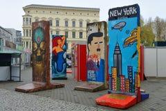一部分的与街道画的柏林围墙 免版税库存图片