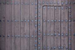 一部分的与金属锁的老木门 免版税库存照片