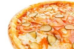 一部分的与鸡、蕃茄、黄瓜和乳酪的可口经典意大利薄饼 免版税库存图片