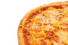 一部分的与鸡、蕃茄和乳酪的可口经典意大利薄饼 免版税库存图片