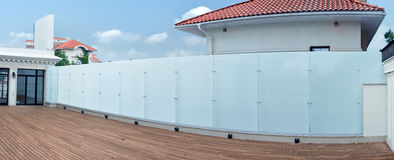 一部分的与玻璃篱芭的大厦反对蓝天 免版税库存照片
