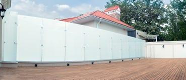 一部分的与玻璃篱芭的大厦反对蓝天 图库摄影