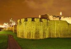 一部分的伦敦塔在夜之前 库存图片