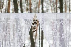 一部分的冬天婚礼曲拱 免版税库存图片
