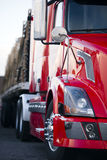 一部分的半在停车场光的卡车现代红色客舱拖车 库存图片
