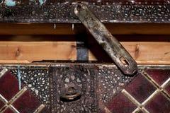 一部分的半开敞的大老木箱柜,布置在被绘的锻铁 图库摄影