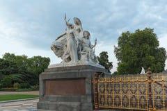 一部分的双排扣的男礼服纪念品在肯辛顿庭院里,伦敦,包括雕塑的英国,代表美洲 图库摄影