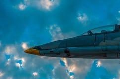 一部分的反对剧烈的天空的一座喷气式歼击机纪念碑在日落 免版税图库摄影