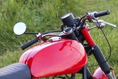 一部分的反对草背景的一辆被恢复的葡萄酒摩托车 图库摄影