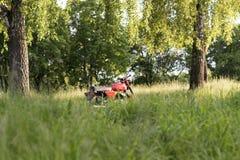 一部分的反对草背景的一辆被恢复的葡萄酒摩托车 免版税图库摄影