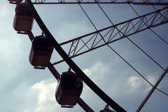 一部分的反对蓝天的弗累斯大转轮 库存照片