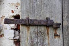 一部分的古色古香的木门和枢轴勾子 图库摄影