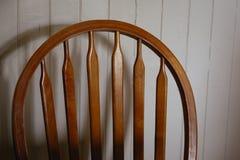一部分的后座一把古色古香的windsor样式椅子 免版税库存照片