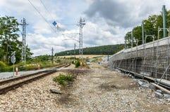 一部分的在一条铁路轨道旁边的一个建造场所 库存图片