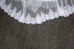 一部分的在地面上的美丽的婚礼礼服 免版税图库摄影