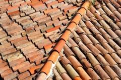 一部分的在房屋建设的屋顶的瓦片,特写镜头 免版税库存图片