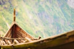 一部分的在挪威自然的老木北欧海盗小船 库存照片