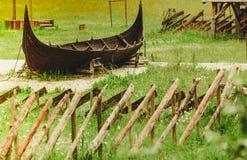 一部分的在挪威自然的老木北欧海盗小船 免版税库存图片