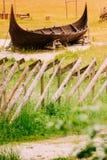 一部分的在挪威自然的老木北欧海盗小船 免版税库存照片