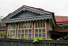 一部分的在木篱芭后的一个老农村房子 库存照片