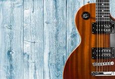 一部分的在木背景的橙色电吉他 写的一个地方文本 免版税库存照片