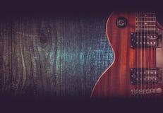 一部分的在木背景的橙色电吉他 写的一个地方文本 库存照片