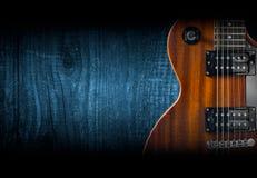 一部分的在木背景的橙色电吉他 写的一个地方文本 图库摄影