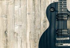 一部分的在木背景的灰色电吉他 写的一个地方文本 免版税库存照片