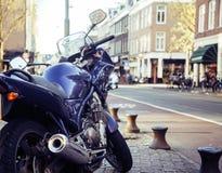 一部分的在欧洲街道上的自行车停车处,生活方式概念没人 图库摄影