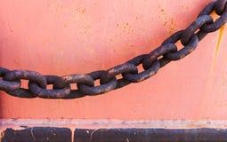 一部分的在河沿的一个老生锈的链子 免版税图库摄影
