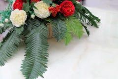 一部分的在白色桌上的美丽的婚礼花束 库存图片